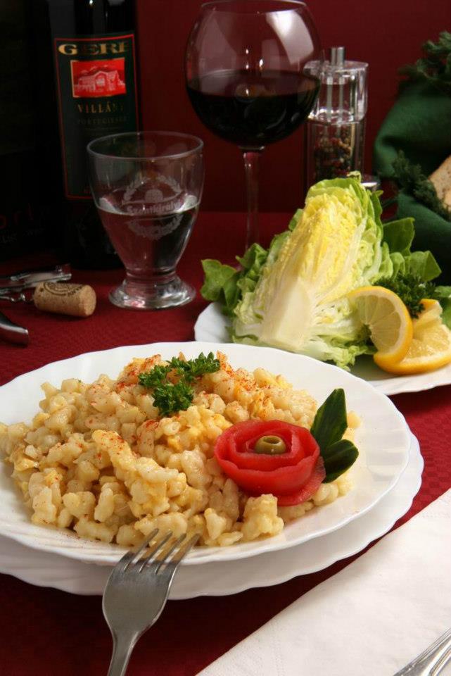 Tojásos galuska fejes salátával
